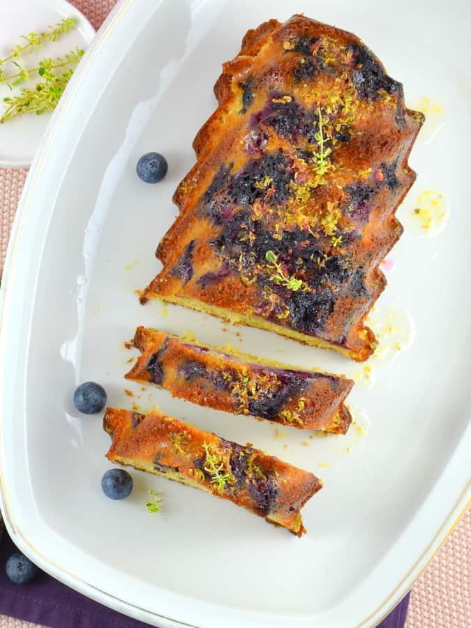 Buttermilchkuchen mit Blaubeeren und Zitronenthymian
