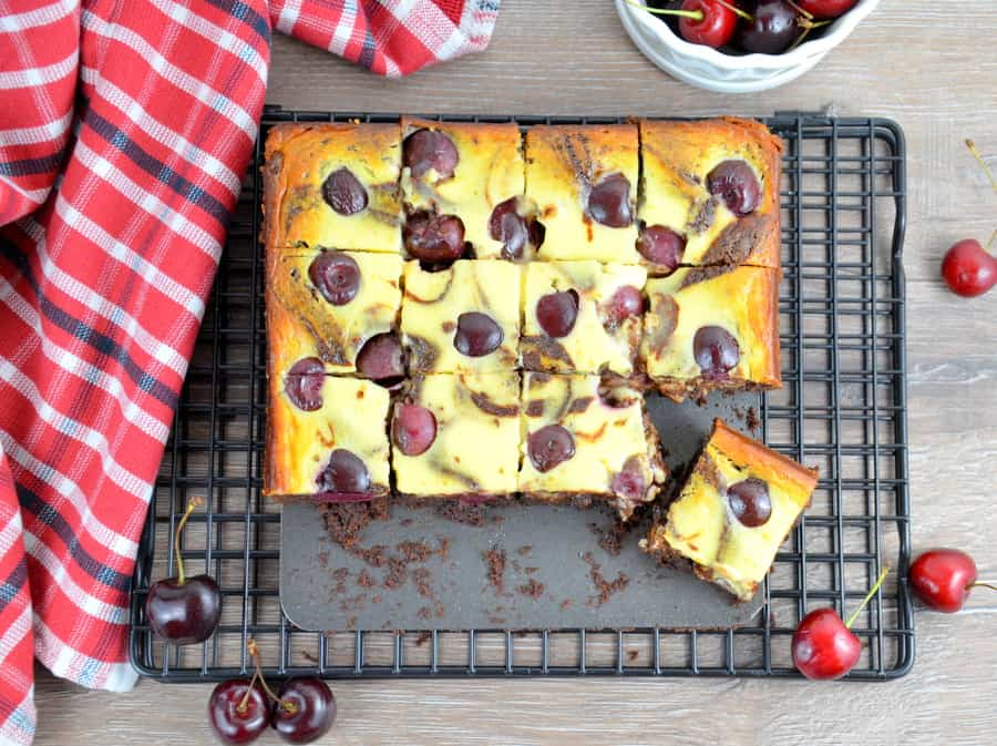 Cheesecake Brownies mit Kirschen