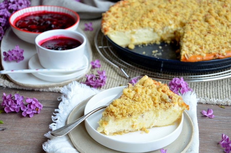 Cheesecake mit Walnuss-Streuseln und Beerensauce