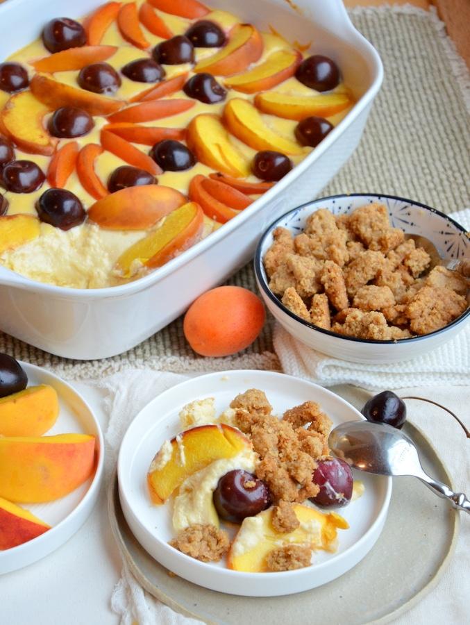 Cheesecake-Auflauf mit Obst und Nussstreuseln